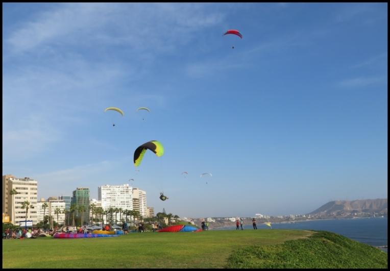 Lima - Miraflores - paragliders