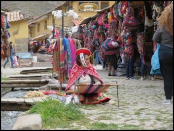 Ollantaytambo - weaving in the market